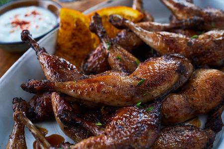 Sluit omhoog mening van smakelijke geroosterde gevogeltebenen met kruiden