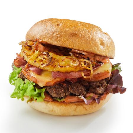 Ananas et jambon burger au fromage avec oignon frit et fromage fondu sur un pain croustillant isolé sur blanc Banque d'images - 93513855