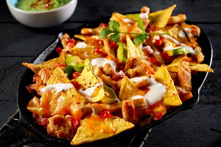 Vista cercana de tortilla de nacho de pollo con salsa de crema