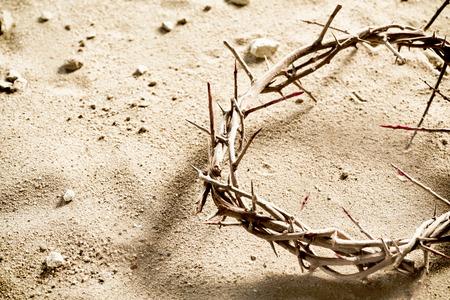 Cercle ou couronne d & # 39 ; épines sur le sable salé avec copie espace dans un concept exquis de la crucifixion et de la pâque Banque d'images - 96339390