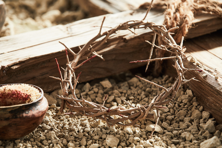 とげと木の十字架の王冠を持つ十字架の概念