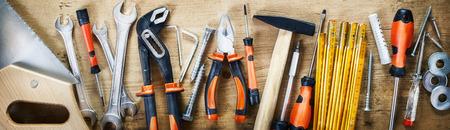 Panoramabanner mit verschiedenen Handwerkzeugen auf Holz für Renovierungen, Heimwerken, Bauen und Bauen oder Holzbearbeitung Standard-Bild