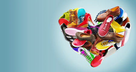 Kreative farbenfrohe herzförmige Anordnung einer Auswahl von hochhackigen Damen-Stilettschuhen, Turnschuhen, Turnschuhen, Stiefeln und Lederschuhen für Männer in Regenbogenfarben auf Blau mit Kopierraum Standard-Bild
