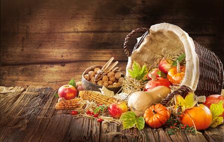 Neue Thanksgiving-Kartenerstellung für Herbst- und Herbstkonzepte. Rustikaler Hintergrund mit Hokkaido-Äpfelnüssen und Herbst- und Herbstdekorationen auf dunklem Tisch mit Raum und handgeschriebenem Text. Standard-Bild