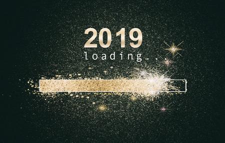 Fondo brillante de año nuevo con una pantalla de computadora de carga con barra de oro brillante y fecha sobre un fondo negro