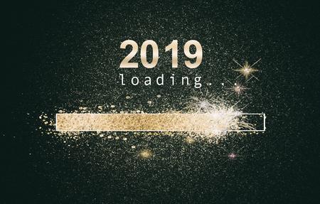 Glitzernder Neujahrshintergrund mit einem ladenden Computerbildschirm mit funkelnden Goldbarren und Datum auf schwarzem Hintergrund