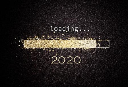 Fondo de año nuevo 2020 con barra de carga de brillo dorado brillante contando hacia el año nuevo sobre un fondo negro con espacio de copia