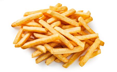 Haufen von goldenen frittierten Kartoffelchips oder Pommes Frites zum Mitnehmen auf weißem Hintergrund für Menüwerbung