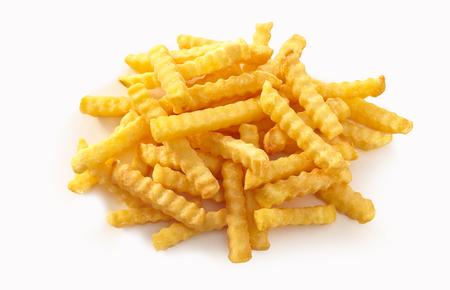 Pila di patatine fritte increspate su fondo bianco isolato.