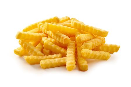 Pile de pommes frites croustillantes dorées coupées en plis, frites ou chips de pommes de terre sur fond blanc adapté à la publicité et à un menu