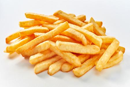 Mucchio di lunghe patatine fritte su sfondo bianco.