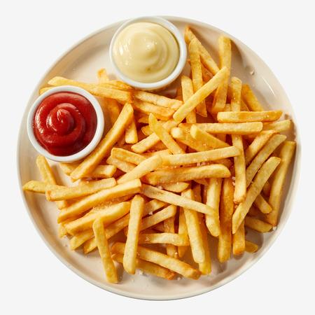 Teller mit Pommes Frites, serviert mit Ketchup und Mayonnaise-Saucen in kleinen Schalen, von oben auf weißem Hintergrund betrachtet