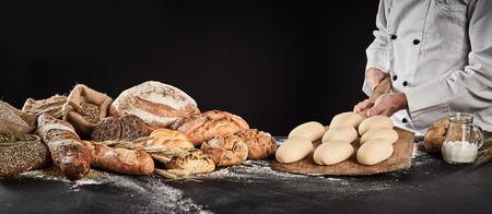 Bäcker, der ein Holzpaddel mit geformtem Teig hält, der bereit ist, Brotspezialitäten zu backen, die daneben im Bannerformat angezeigt werden