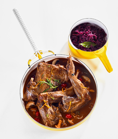 Wild rabbit stew with a pot of red cabbage as side dish 版權商用圖片