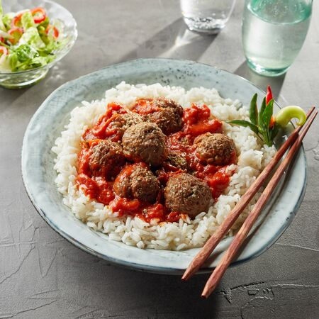 A bowl of tasty rice and tomato sauce with large meatballs Reklamní fotografie