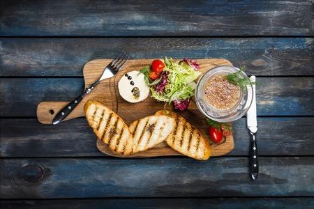 Toast au beurre et caviar sur un fond en bois Banque d'images - 96716125