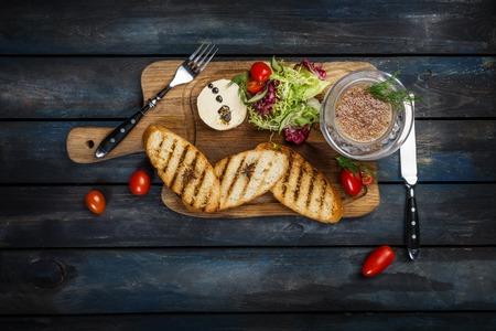 Toast au beurre et caviar servi avec des couverts sur un fond en bois Banque d'images - 96767506