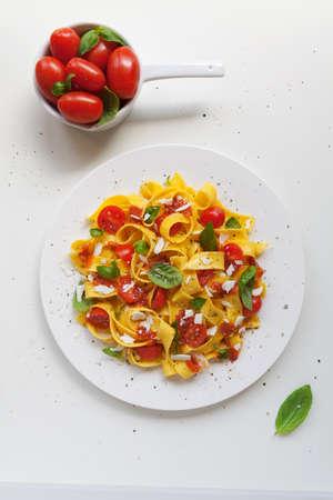 pastas: Placa de la comida típica italiana, pasta tagliatelle con tomate y albahaca