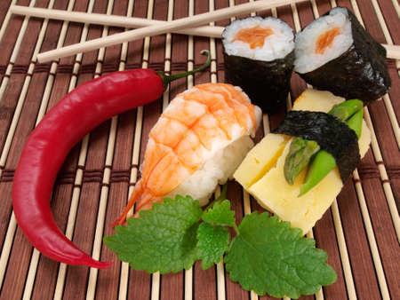 soja: Sushi mit Chili und St�bchen