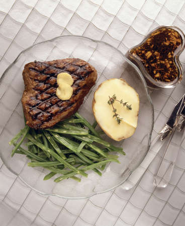 Grilled beef steak with green beans LANG_EVOIMAGES