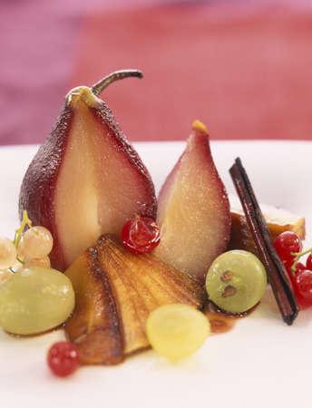 Peras escalfado en vino y ensalada de manzana caramelizada fruta Foto de archivo - 17026632
