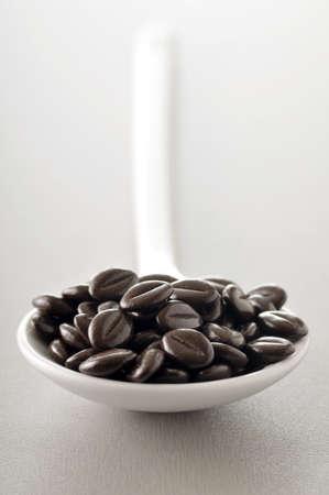 cuiller�e: Cuiller�e de grains de caf� en chocolat