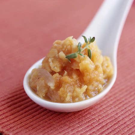 cuiller�e: Cuiller�e de pur�e de pommes de terre, carottes et oignons