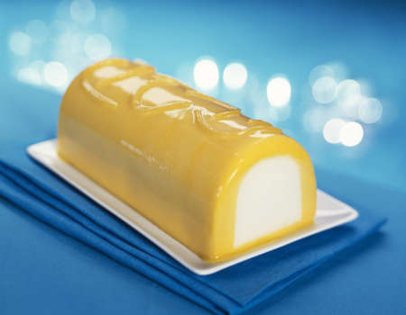 Mango-lemon ice cream log cake Stock Photo - 17027687