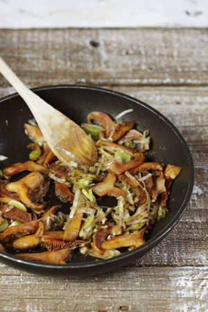 leeks: Pan-frying the mushrooms with the sliced leeks