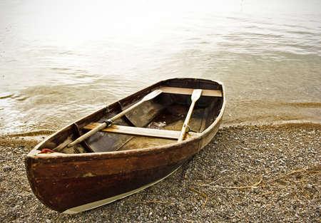 altes Ruderboot an einem See in der Nähe von Rom