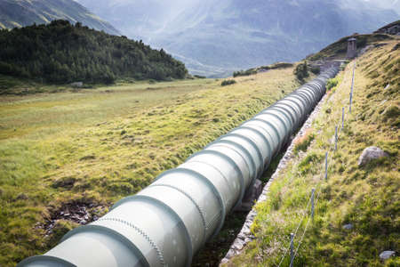 Rohrleitung an der Silvretta-See in Österreich Standard-Bild