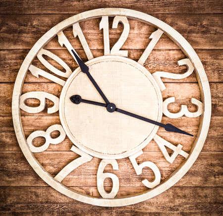 reloj antiguo: reloj antiguo de madera en un bar en Berlín