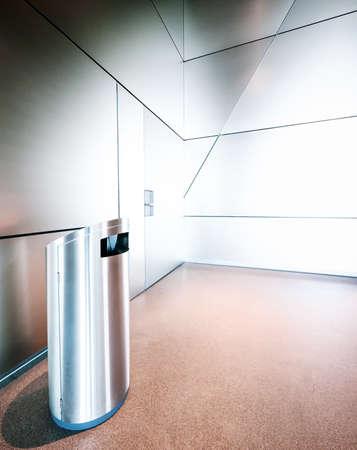 garbage bin: cubo de basura moderna en una oficina de