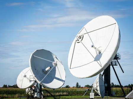 antena parabolica: antenas parabólicas en un prado cerca de Berlín - Alemania Foto de archivo