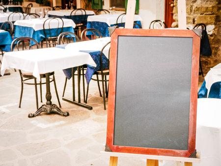 레스토랑에서 빈 블랙 보드 (메뉴 판) - 텍스트에 대 한 공간을 가진 좋은 배경에서 에디토리얼
