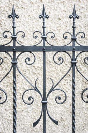 puertas de hierro: parte de una cerca vieja - close-up