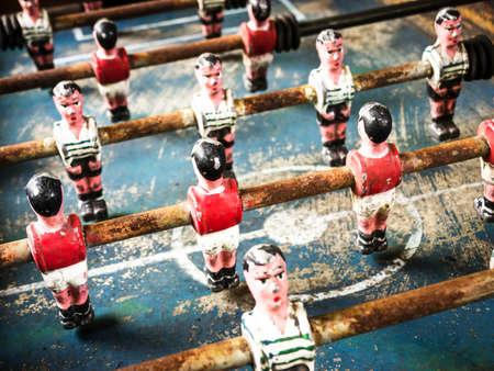 juguetes antiguos: parte de un juego de f�tbol de mesa antigua - buen primer plano