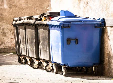garbage bin: cubo de basura moderno en una acera