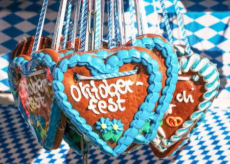 typisches Souvenir auf dem Oktoberfest in München - ein Lebkuchenherz