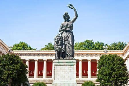 berühmte Statue der Bavaria auf der Theresienwiese in München - Deutschland
