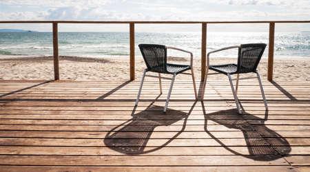 zwei Stühle an einem Patio