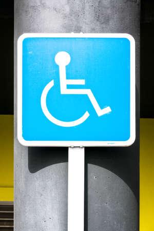 se�al parking: Aparcamiento para discapacitados signo - al aire libre - foto
