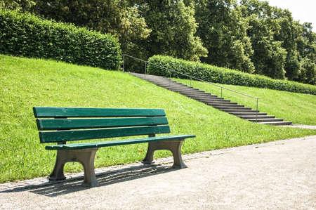 banc de parc: banc de parc en bois dans un parc