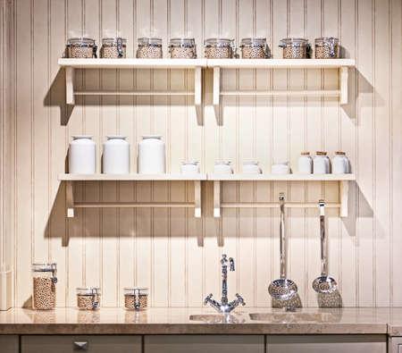 schönen altmodischen Küche mit Regalen Standard-Bild