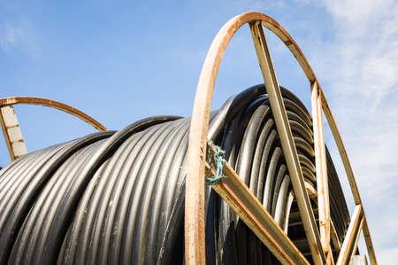 fibra óptica: tambor de cable moderno primer plano en un sitio de construcción Foto de archivo