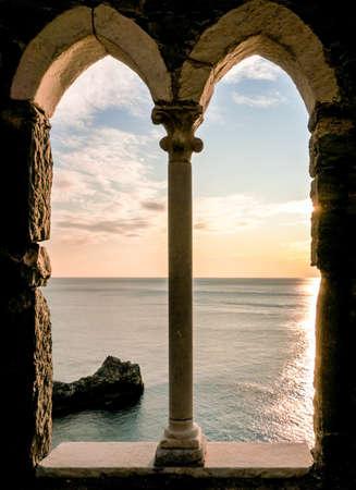 ventanas abiertas: hermosa vista a portovenere - Italia Foto de archivo