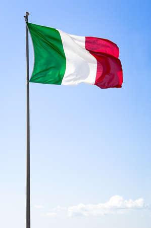 bandiera italiana: Bandiera italiana di fronte al cielo blu Archivio Fotografico