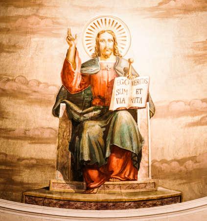 trono real: vieja pintura jesus en una iglesia en Italia