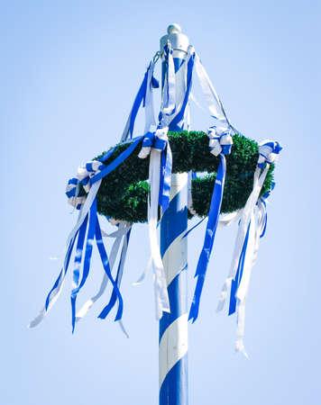 青空の前で典型的なバイエルン メイポール