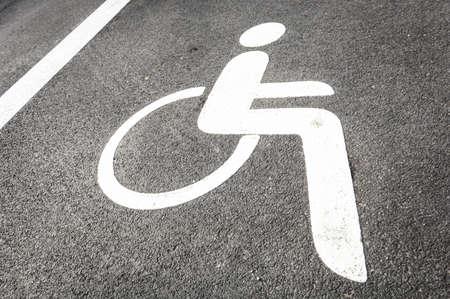se�al parking: se?al de aparcamiento para minusv?lidos - al aire libre - foto Foto de archivo